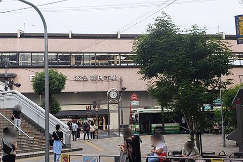 駅の正面から右に曲がり直進です。
